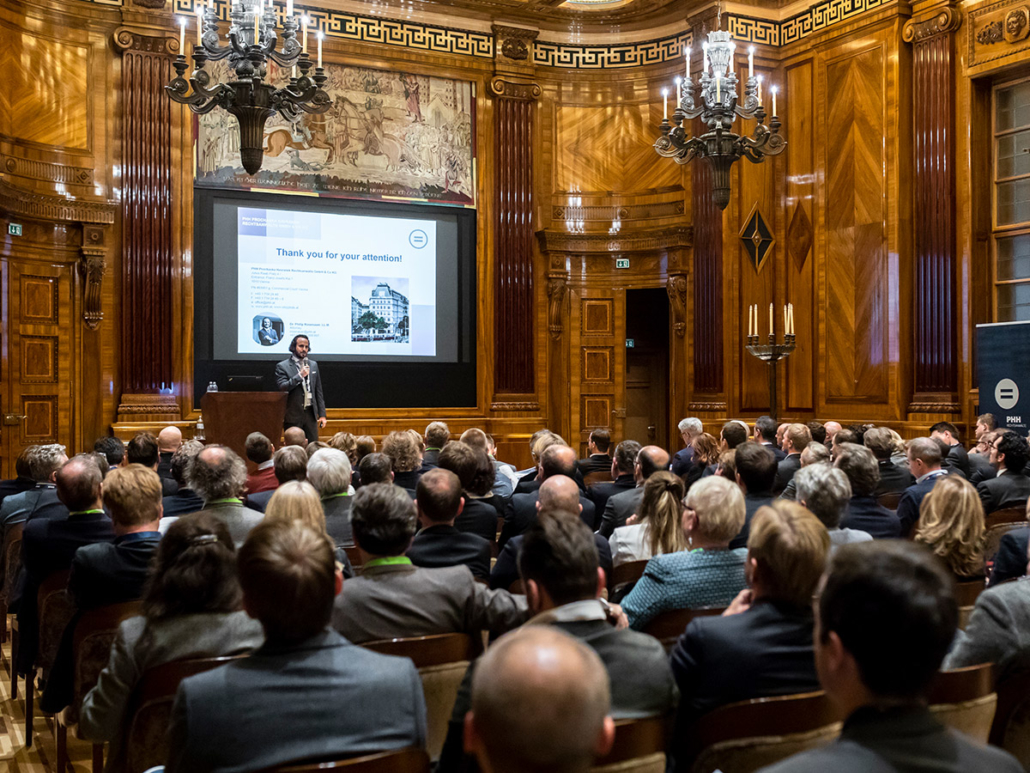 Over 200 investors joined the event in Vienna. On stage: Philip Rosenauer from PHH Rechtsanwälte with his keynote about IPOs.